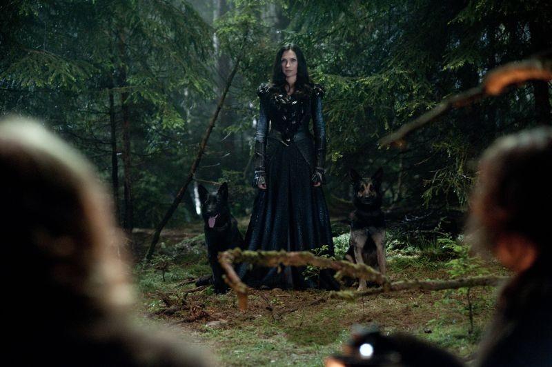 La bellissima Famke Janssen in una scena di Hansel & Gretel - Cacciatori di streghe