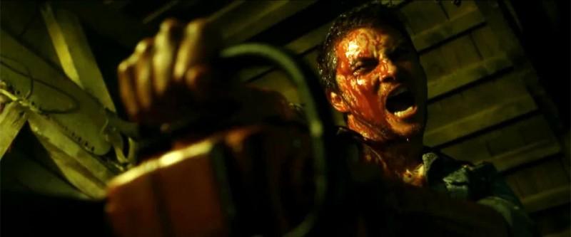 La casa: Shiloh Fernandez in una sanguinaria scena del film