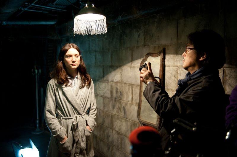 Stoker: Mia Wasikowska sul set insieme al regista Park Chan-wook