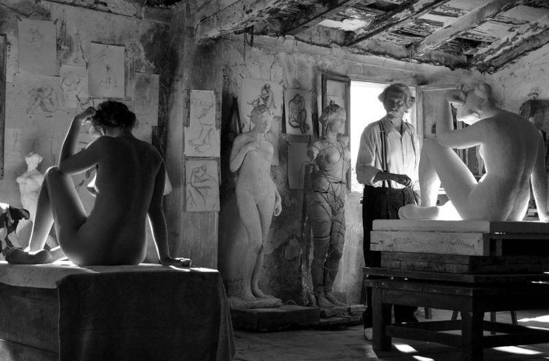 Aida Folch e Jan Rochefort sono modella e scultore in una suggestiva scena del film El artista y la modelo