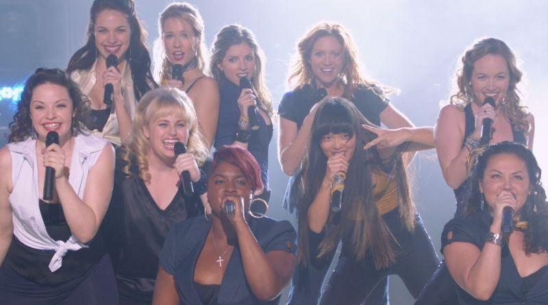Anna Kendrick canta con il suo gruppo in una scena di Pitch Perfect