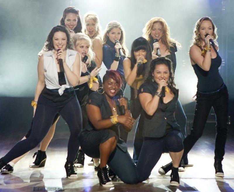 Anna Kendrick guida il suo gruppo sul palco in una scena di Pitch Perfect