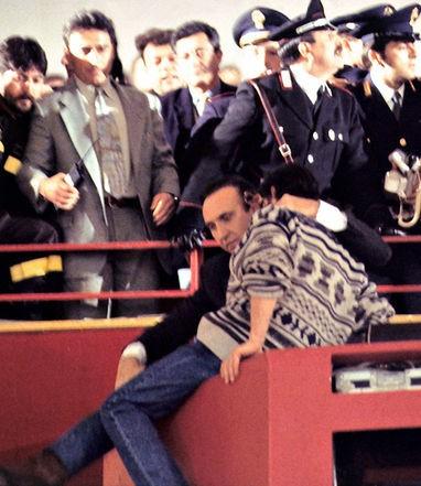 Festival di Sanremo 1995 - Pippo Baudo trae in salvo un disoccupato che minaccia di buttarsi giù