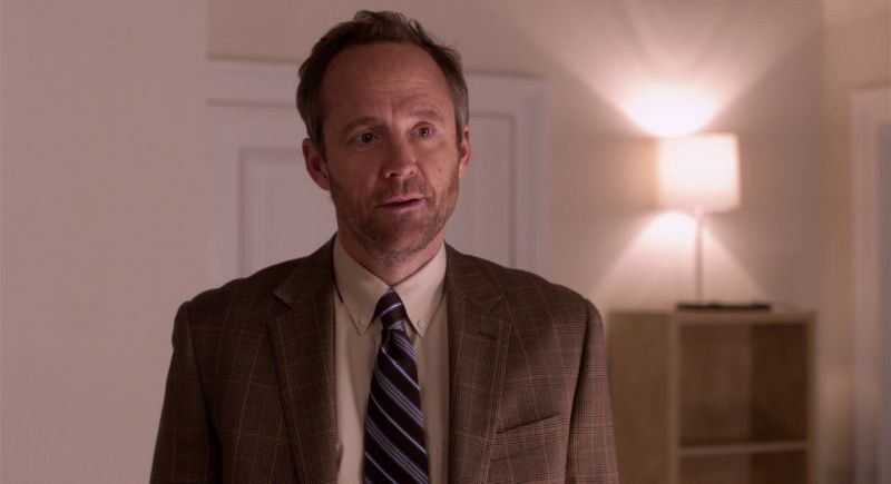 John Benjamin Hickey in una scena di Pitch Perfect