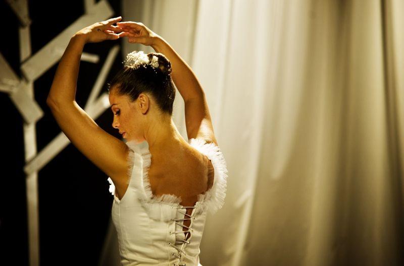 Mi rifaccio vivo: Vanessa Incontrada in versione ballerina classica in una scena