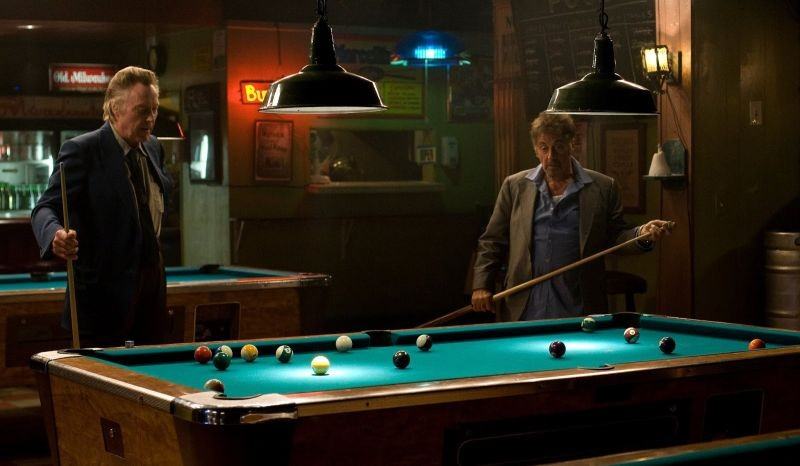 Stand Up Guys: Al Pacino gioca a biliardo insieme a Christopher Walken in una scena del film