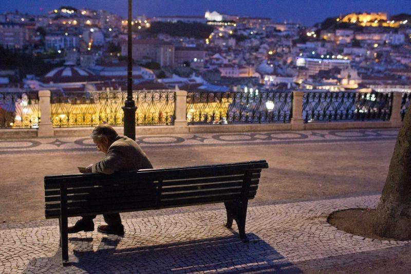 Treno di notte per Lisbona: Jeremy Irons in una suggestiva immagine cartolina di Lisbona