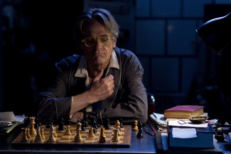 Treno di notte per Lisbona: Jeremy Irons riflette sulle sue mosse in una scena del film