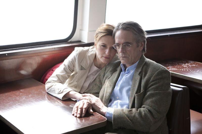Treno di notte per Lisbona: Martina Gedeck insieme a Jeremy Irons in treno in una scena del film