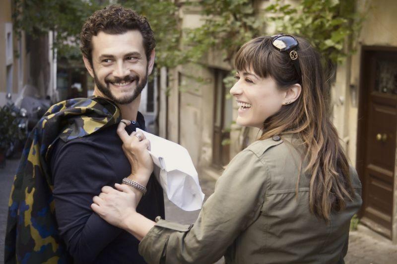 Passione sinistra: Vinicio Marchioni e Valentina Lodovini sorridono sul set
