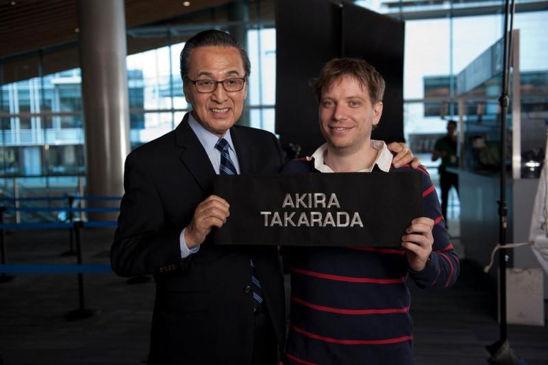 Il regista Gareth Edwards con la leggendaria star Akira Takarada sul set di Godzilla
