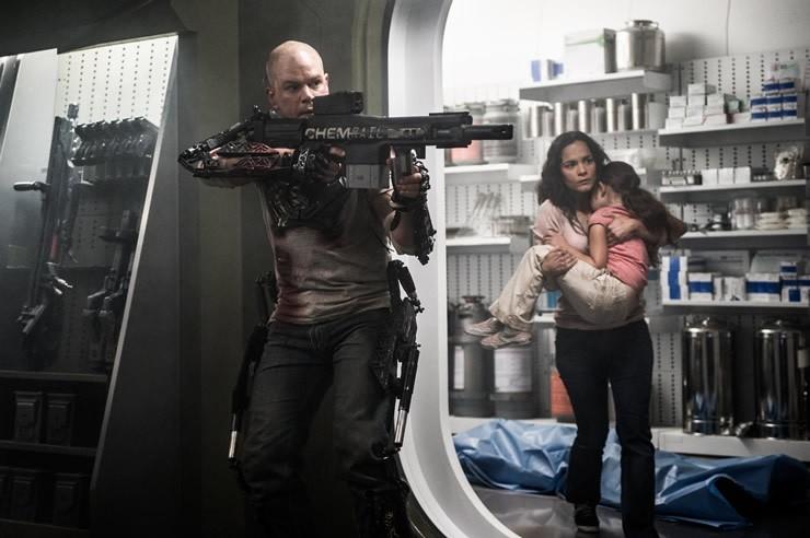 Elysium: Matt Damon e Alice Braga in un drammatico momento del film
