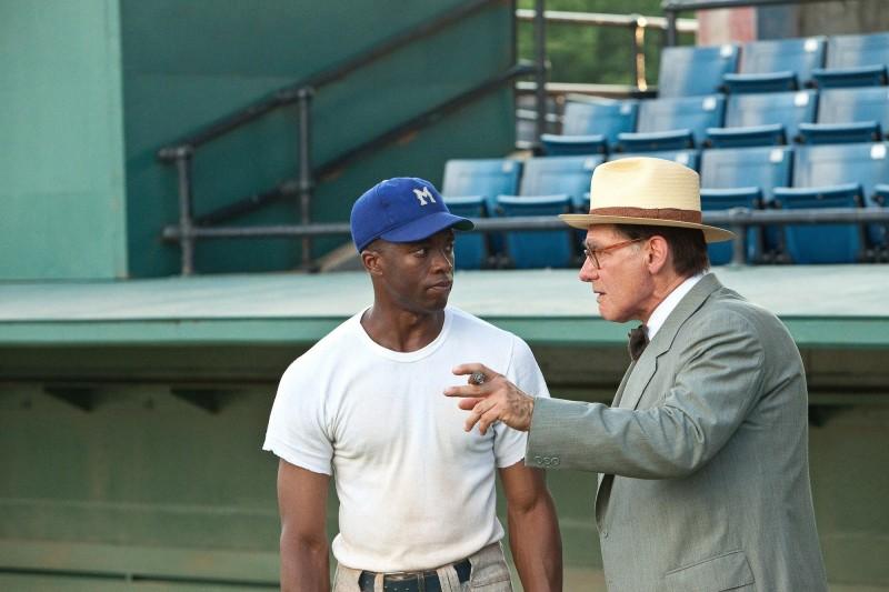 Chadwick Boseman con Harrison Ford in 42: una sequenza della pellicola