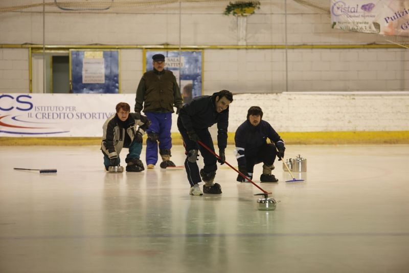 La mossa del pinguino: Ennio Fantastichini, Edoardo Leo, Antonello Fassari e Ricky Memphis in una scena del film sul campo di curling
