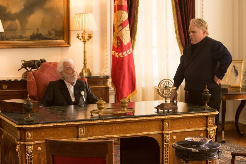 Hunger Games: la ragazza di fuoco, Philip Seymour Hoffman e Donald Sutherland in una scena