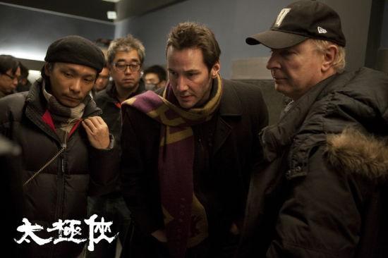 Man of Tai Chi: Keanu Reeves circondato dalla sua crew
