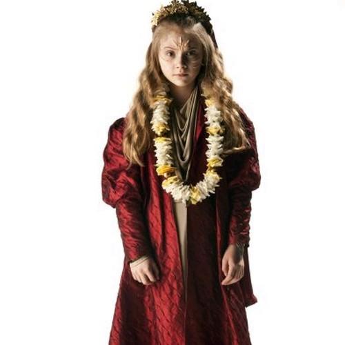 Emilia Jones in un'immagine promozionale dell'episodio The Rings of Akhaten, settima stagione di Doctor Who