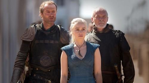 Il trono di spade Iain Glen, Emilia Clarke e Ian McElhinney in una scena di Walk of Punishment
