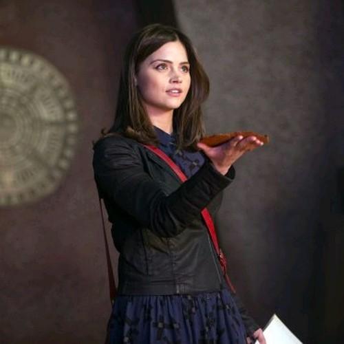 Jenna-Louise Coleman in una scena dell'episodio The Rings of Akhaten, settima stagione di Doctor Who