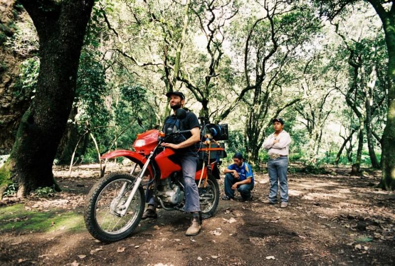Post Tenebras Lux: il regista del film Carlos Reygadas a bordo di una moto sul set
