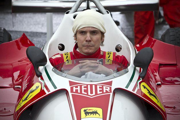 Rush: Daniel Bruhl è Niki Lauda in una scena del film prima di una corsa