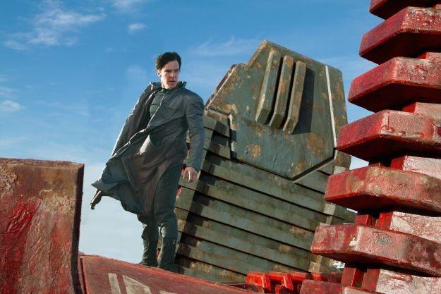 Benedict Cumberbatch in azione in una scena di Into Darkness - Star Trek