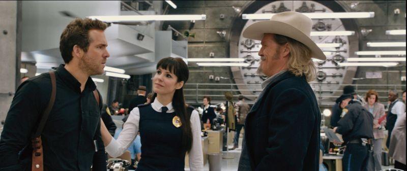 R.I.P.D.: Jeff Bridges insieme a Ryan Reynolds e Mary-Louise Parker in una scena del poliziesco fantasy
