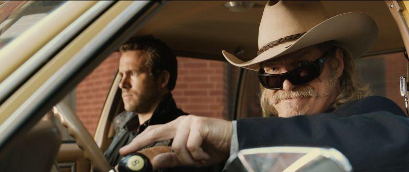 R.I.P.D.: Ryan Reynolds con Jeff Bridges in una scena del poliziesco fantascientifico