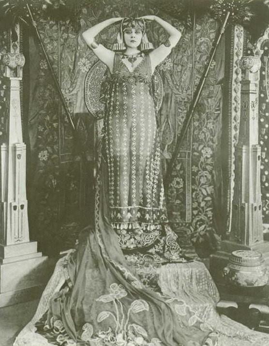 Theda Bara è Cleopatra nel film del 1917