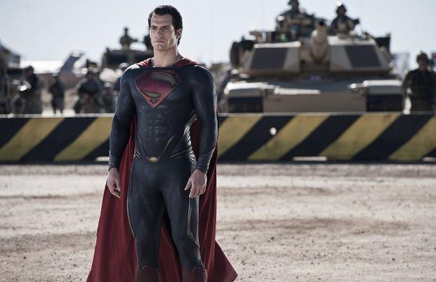 Un'immagine di Henry Cavill nei panni di Superman in L'uomo d'acciaio