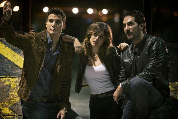 Adriana Ugarte con Alberto Ammann e Alex Gonzalez in una scena di Combustión