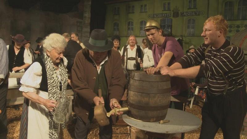 Beerland (2013) - una scena del film