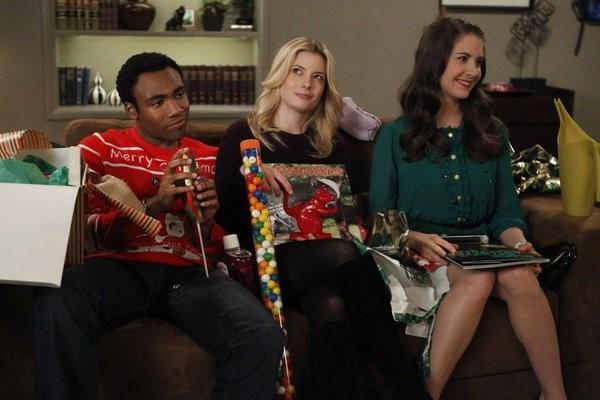 Community: Alison Brie, Gillian Jacobs e Donald Glover in una scena dell'episodio Intro to Knots