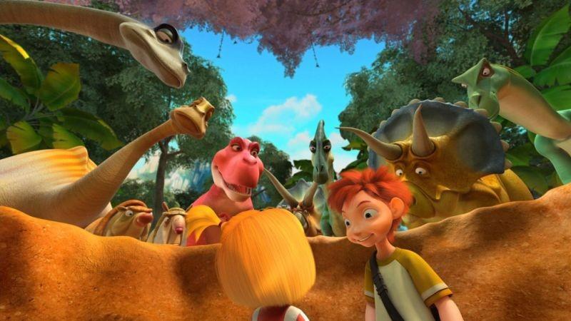 Dino e la macchina del tempo: i tre ragazzini protagonisti del viaggio nel tempo in una scena