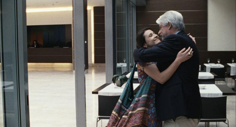 Esterno sera: Valentina Acca in una scena abbraccia Ricky Tognazzi