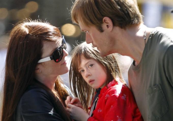 Julianne Moore e Alexander Skarsgard in Quel che sapeva Maisie con la piccola Onata Aprile