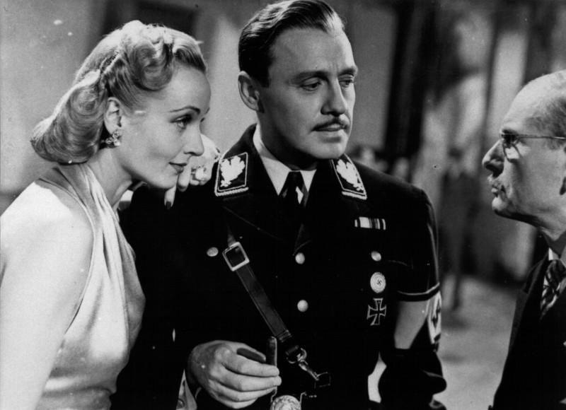 Vogliamo vivere!: Joseph Tura con Carole Lombard in una scena del film