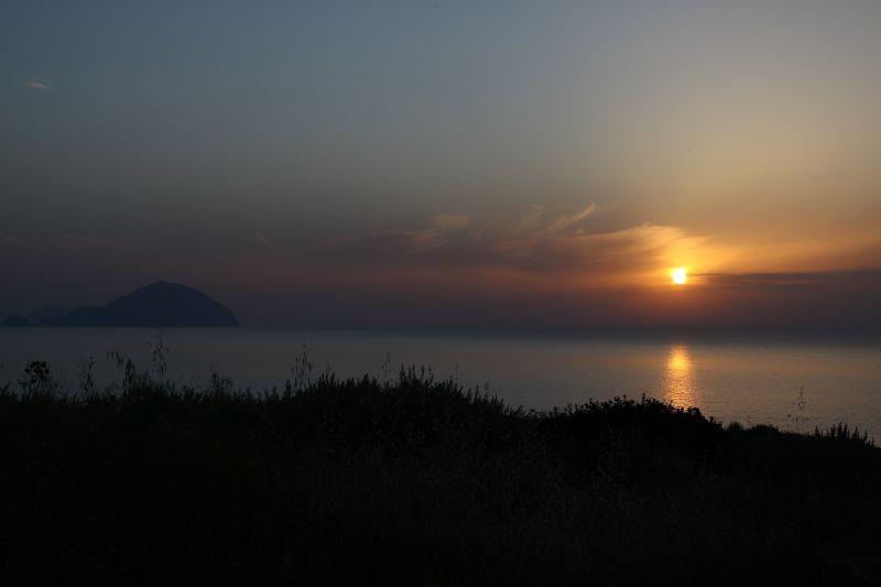 Amaro Amore: il tramonto all'isola di Salina in un'immagine tratta dal film