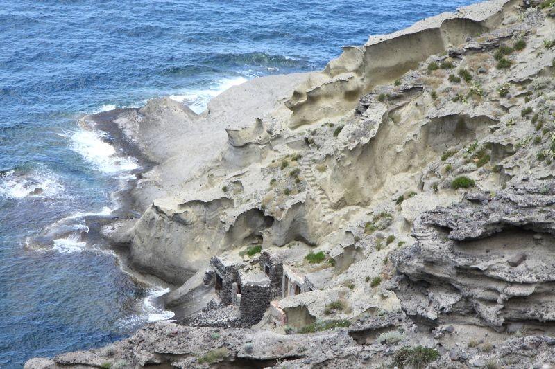 Amaro Amore: una casa nella roccia a Salina in un'immagine del film