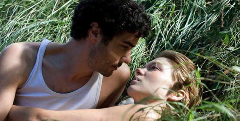 Grand Central: Tahar Rahim insieme a Léa Seydoux in una romantica scena del film