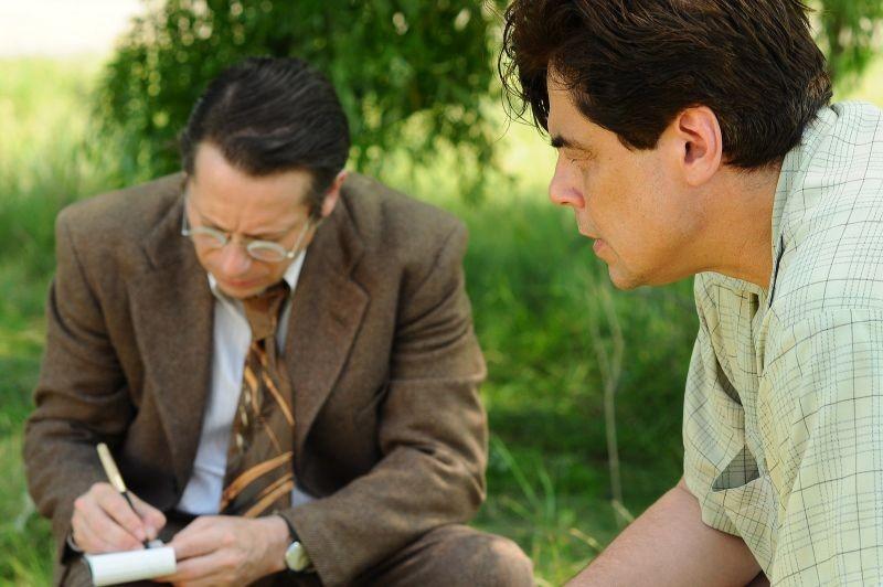 Jimmy P. (Psychotherapy of a Plains Indian) : Benicio Del Toro insieme a Mathieu Amalric in una scena del film