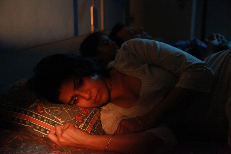 The Lunchbox: la bella Nimrat Kaur insonne in una scena del film