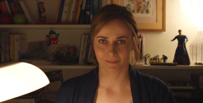 Una mamma imperfetta: Lucia Mascino nella sua 'postazione' si rivolge allo spettatore