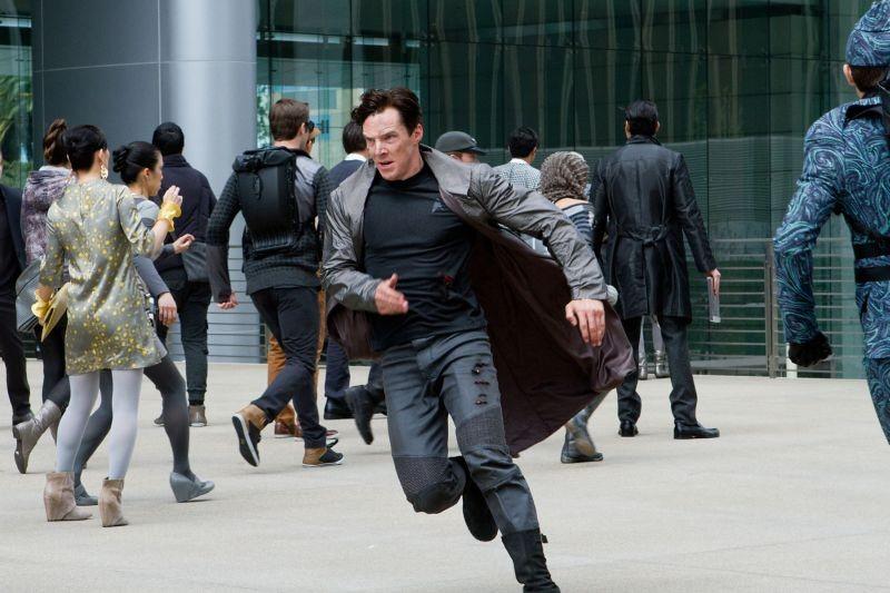 Benedict Cumberbatch in azione in un'immagine di Into Darkness - Star Trek