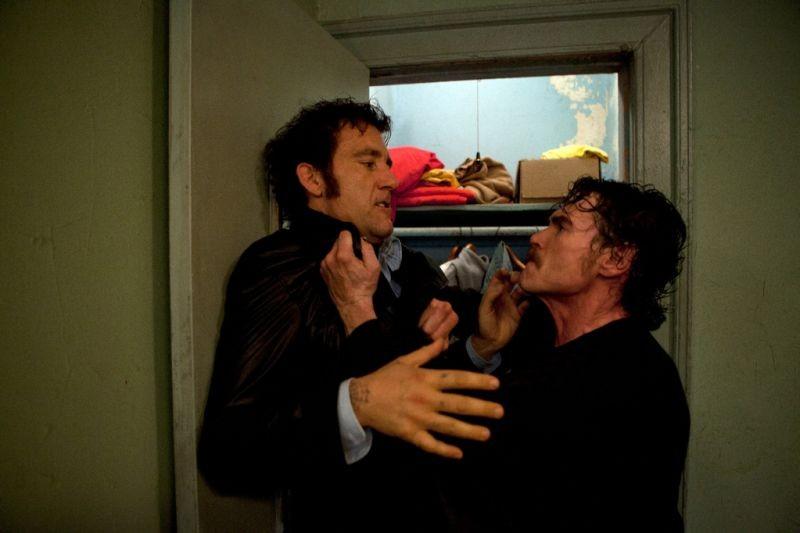 Blood ties: Billy Crudup percuote Clive Owen in una scena del film