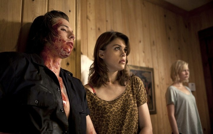 Lindsey Shaw e Adelaide Clemens (sullo sfondo) in No One Lives