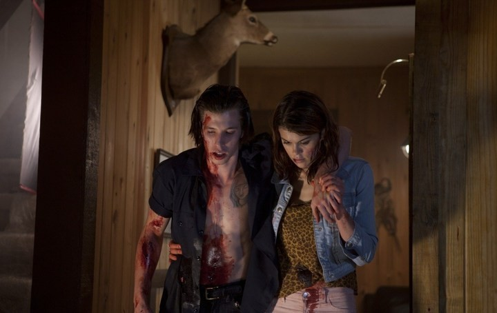 Lindsey Shaw in No One Lives - una violenta scena del film