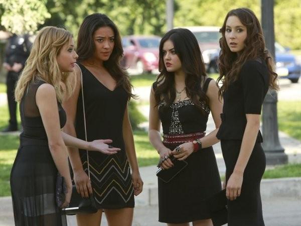 Pretty Little Liars: Ashley Benson, Troian Bellisario, Lucy Hale e Shay Mitchell in un'immagine della quarta stagione
