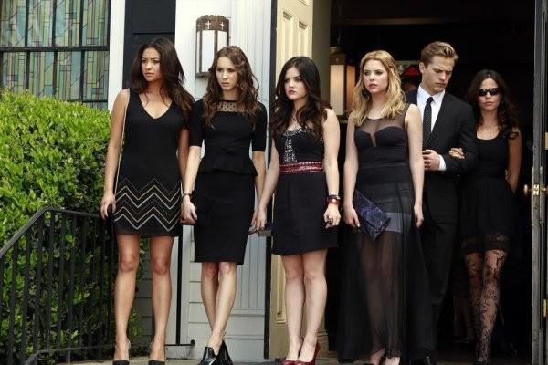 Pretty Little Liars: Tammin Sursok, Ashley Benson, Troian Bellisario, Lucy Hale e Shay Mitchell in un'immagine della quarta stagione