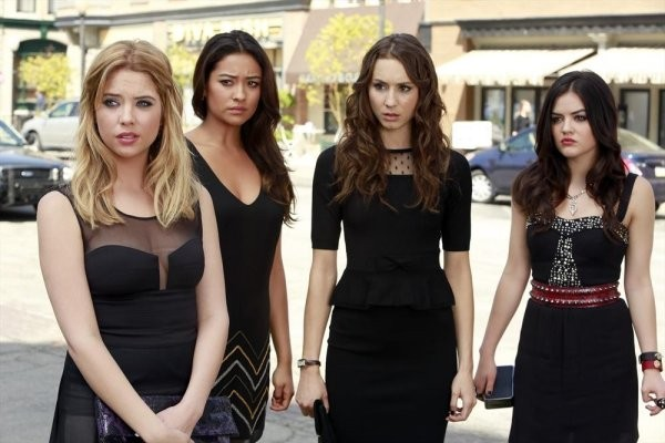 Pretty Little Liars: Troian Bellisario, Ashley Benson, Lucy Hale e Shay Mitchell in un'immagine della quarta stagione